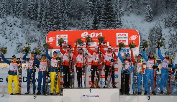 Призеры мужской эстафетной гонки на втором этапе Кубка мира по биатлону 2013/14