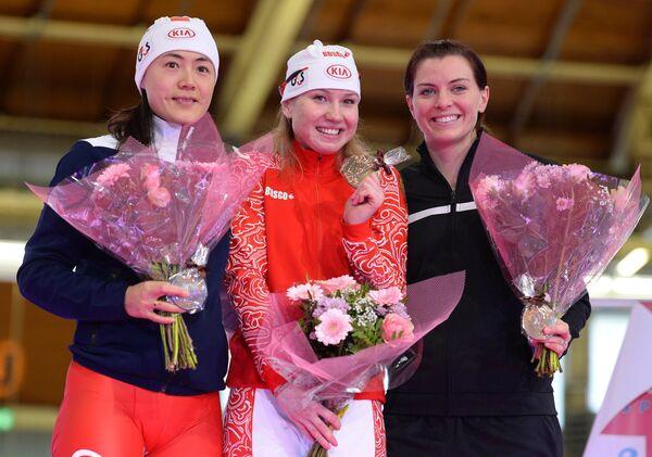 Ван Бэйсин (Китай), выигравшая серебряную медаль, Ольга Фаткулина (Россия) и Хетер Ричардсон