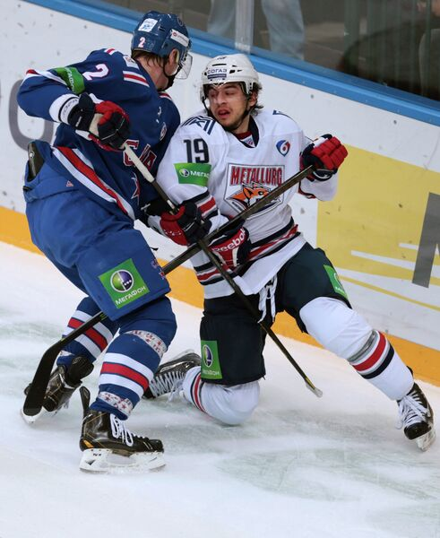 Защитник ХК СКА Юрий Александров (слева) и нападающий ХК Металлург Франсис Паре
