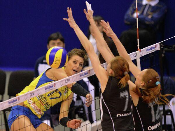 Игрок Рабиты Катаржина Сковраньска и игроки Омички Юлия Юрьева и Марина Бабешина (слева направо)