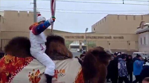 Мотокроссмен Земсков провез огонь ОИ в Челябинске на верблюде Барсике