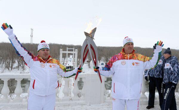 Герой России, член Оренбургского регионального политического совета Партии, депутат Оренбургского горсовета Андрей Зеленко (справа) во время эстафеты олимпийского огня в Оренбурге