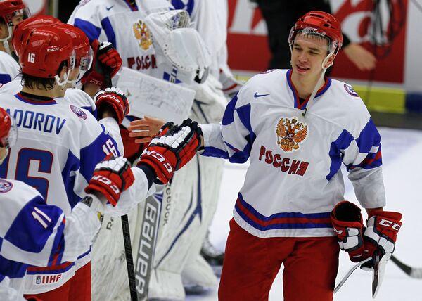 Хоккеисты молодежной сборной России радуются победе
