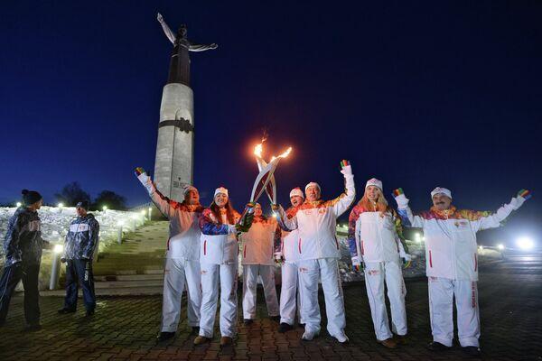 Председатель Государственного совета Чувашской Республики Юрий Попов (в центре) во время эстафеты олимпийского огня у монумента Мать-Покровительница в Чебоксарах