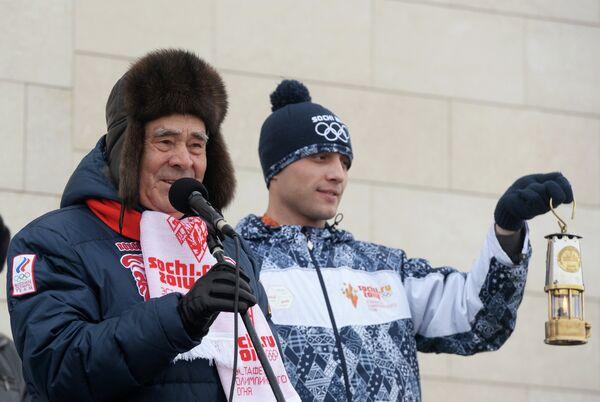 Государственный советник президента республики Татарстан Минтимер Шаймиев (слева) во время эстафеты олимпийского огня в Болгаре