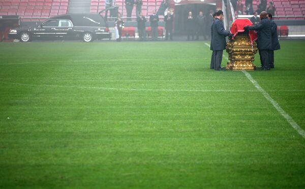 Прощание с великим португальским футболистом Эйсебио на стадионе Да Луж в Лиссабоне.