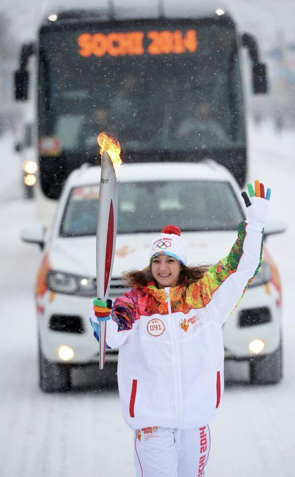 Заслуженный мастер спорта России по гимнастике Виктория Комова во время эстафеты олимпийского огня в Воронеже