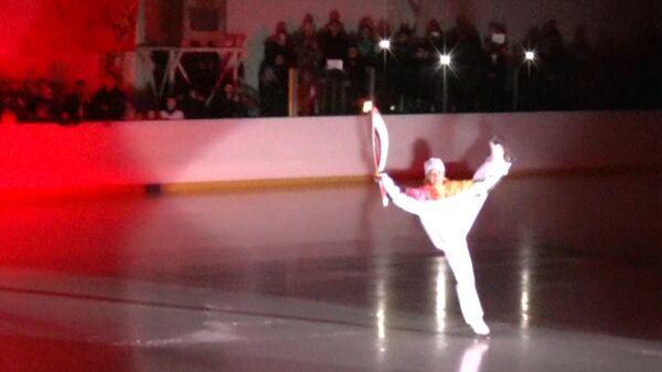 Факелоносец станцевала на катке с олимпийским огнем в Волгограде