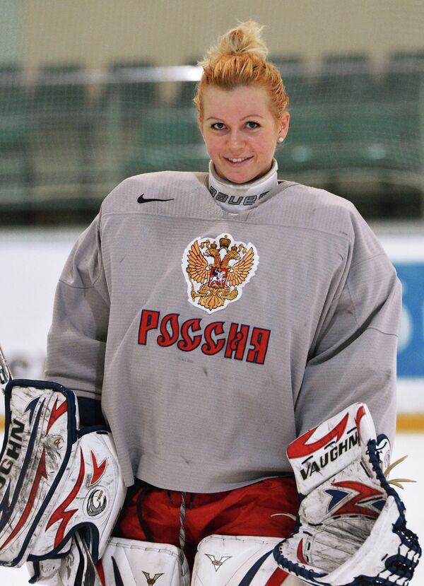 Вратарь Анна Пругова во время тренировки женской сборной по хоккею