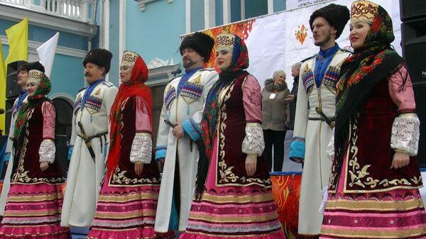 Ставропольцы встретили огонь ОИ-2014 казачьими песнями и народными танцами