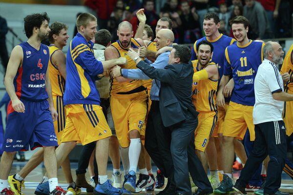 Баскетболисты Химок радуются победе над ЦСКА