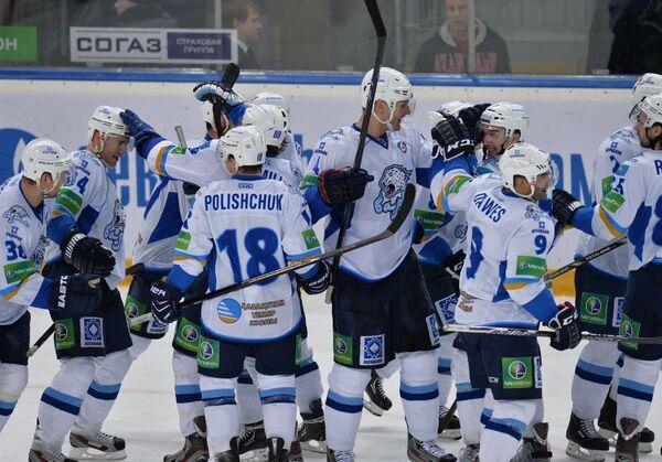 Хоккеисты Барыса радуются победе над Авангардом