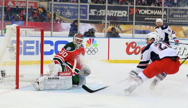 Голкипер клуба НХЛ Нью-Джерси Девилз Мартин Бродер (слева) в матче Стадионной серии НХЛ с Нью-Йорк Рейнджерс