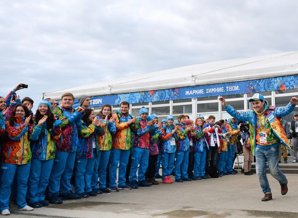 Волонтеры на церемонии открытия олимпийской деревни в прибрежном кластере XXII Олимпийских зимних игр в Сочи