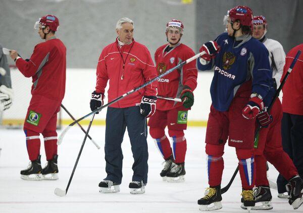Зинэтула Билялетдинов (второй слева) проводит тренировку сборной России по хоккею