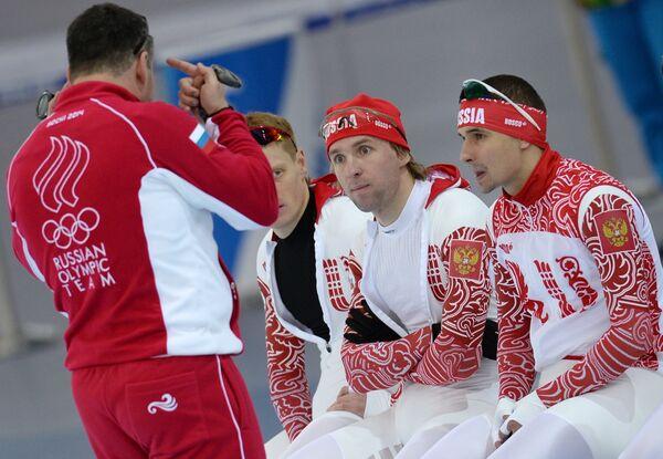 Тренер сборной России Андрей Савельев и российские спортсмены Артем Кузнецов, Алексей Есин, Денис Коваль (слева направо)