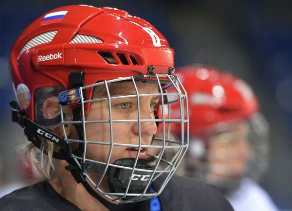 Ия Гаврилова (Россия) на тренировке женской сборной России по хоккею