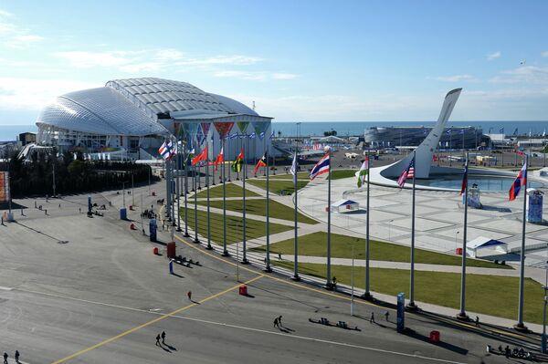 Вид на площадь Медал Плаза, стадион Фишт, чашу Олимпийского огня и ледовую арену Шайба в Олимпийском парке в Сочи