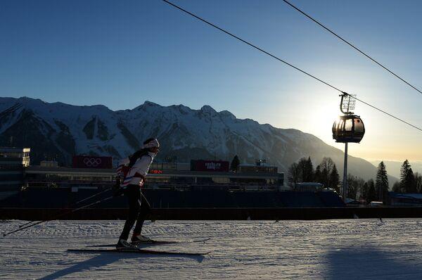 Спортсменка на тренировке перед спринтерской гонкой в соревнованиях по биатлону среди женщин на XXII зимних Олимпийских играх в Сочи
