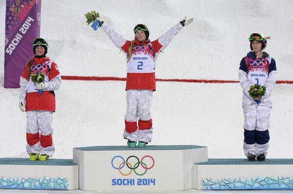 Клоэ Дюфур-Лапуант (второе место), Жюстин Дюфур-Лапуант (первое место) и американка Ханна Кирни (третье место)
