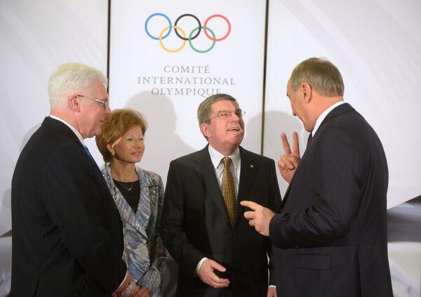 Андрис Берзиньш, Томас Бах, его жена Клаудия и Алдонис Врублевскис (справа налево)