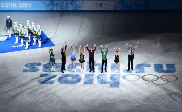 Мерил Дэвис, Чарли Уайт, Грэйс Голд, Эшли Вагнер, Джереми Эбботт, Джейсон Браун, Марисса Кастелли и Саймон Шнапир (США) (слева направо)