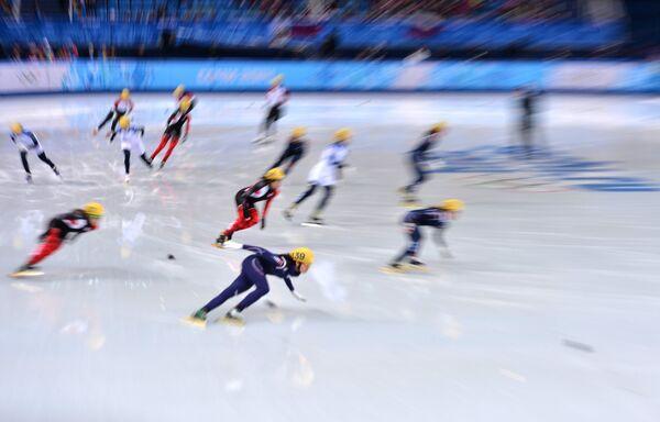 Полуфинальный забег шорт-трекисток на дистанции 3000 м с участием россиянок