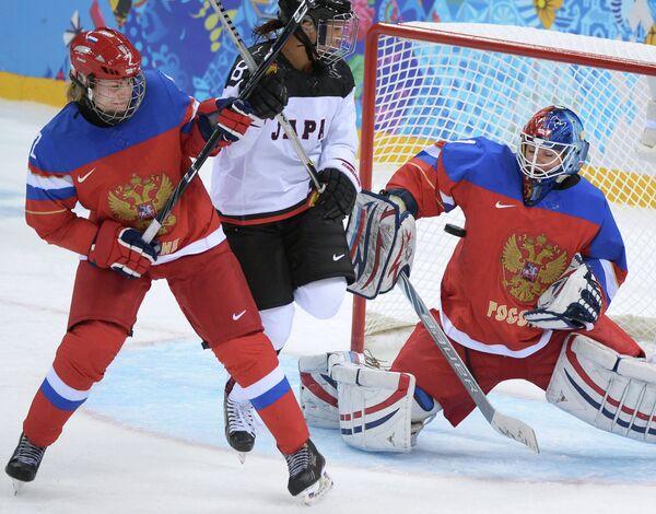 Слева направо: Ангелина Гончаренко (Россия), Томоэ Яманэ (Япония) и вратарь Анна Пругова (Россия)