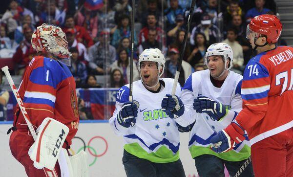 Вратарь сборной России по хоккею Семен Варламов, словенские хоккеисты Митя Робар и Рок Тичар, а также защитник российской команды Алексей Емелин (слева направо)
