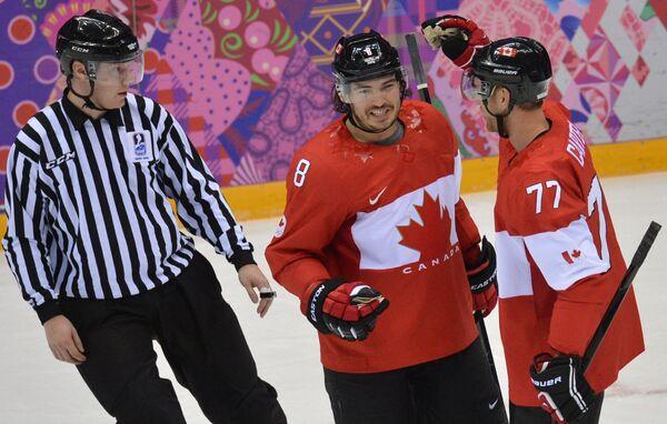 Хоккеисты сборной Канады Джефф Картер и Дрю Даути радуются забитому голу