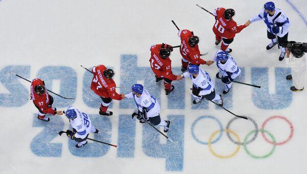 Хоккеисты Канады и Финляндии пожимают руки после матча