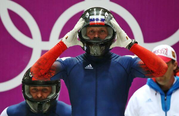 Александр Зубков (Россия) на старте второго заезда двоек на соревнованиях по бобслею