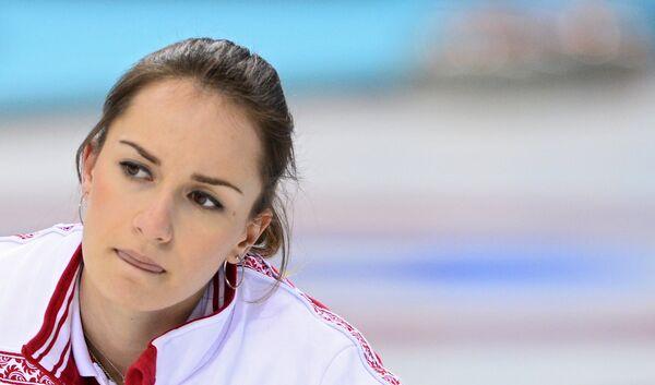 Анна Сидорова (Россия) в матче кругового турнира между сборными командами России и Великобритании в соревнованиях по керлингу среди женщин на XXII зимних Олимпийских играх в Сочи.