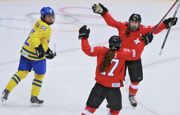 Сара Бенц и Джессика Луц (Швейцария) радуются забитому голу в матче за третье место между сборными командами Швейцарии и Швеции