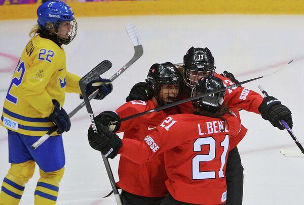 Лаура Бенц, Сара Бенц и Джессика Луц (Швейцария) радуются забитому голу в матче за третье место между сборными командами Швейцарии и Швеции