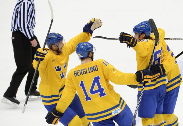 Хоккеисты Швеции радуются забитой шайбе