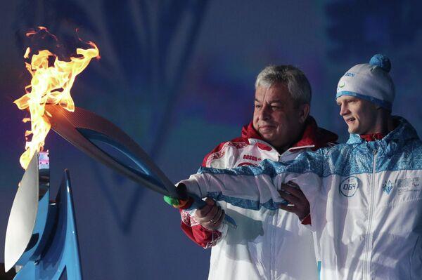 Вице-губернатор Санкт-Петербурга Василий Кичеджи (слева) и трехкратный чемпион XIV Паралимпийских летних игр 2012 года в Лондоне Евгений Швецов во время церемонии зажжения чаши паралимпийского огня в Санкт-Петербурге
