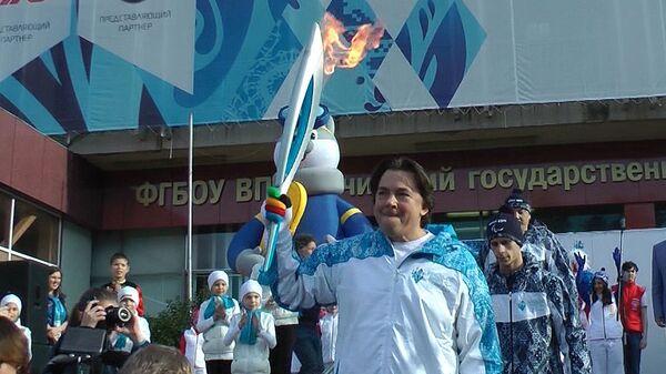 Константин Эрнст первым пронес факел Паралимпиады на эстафете в Сочи