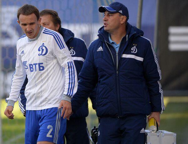 Алексей Козлов (слева) с сотрудниками медицинской службы покидает поле