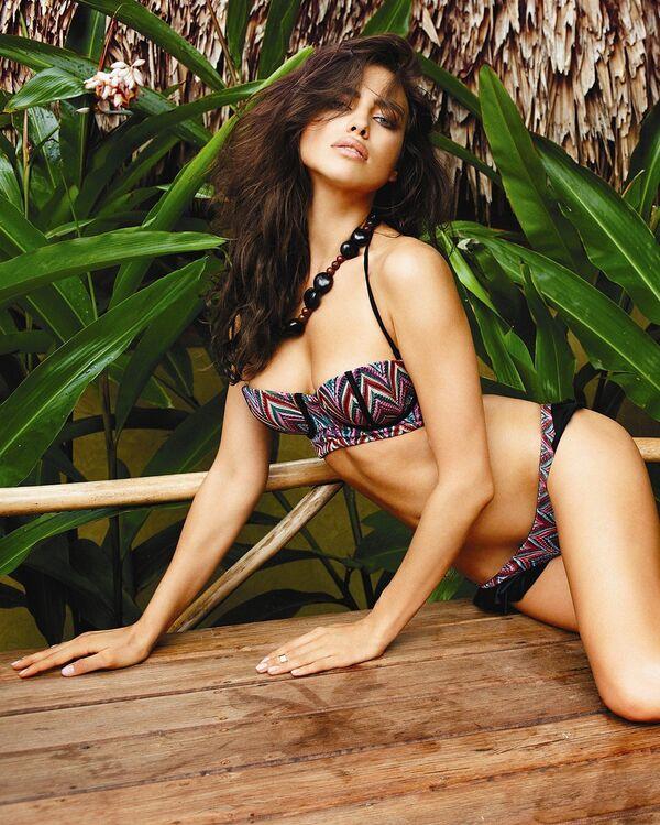 Топ-модель Ирина Шейк демонстрирует коллекцию  купальников сезона весна-лето 2014.