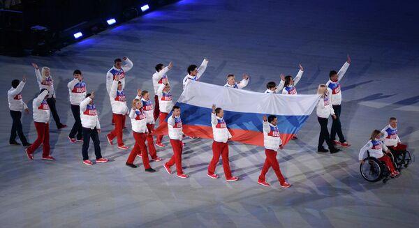Вынос российского флага на церемонии закрытия XI зимних Паралимпийских игр в Сочи