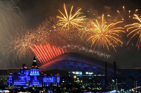 Салют над стадионом Фишт во время церемонии закрытия XI зимних Паралимпийских игр в Сочи