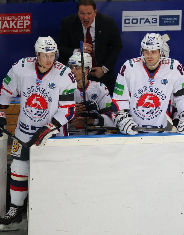 Главный тренер Торпедо Петерис Скудра (на заднем плане)