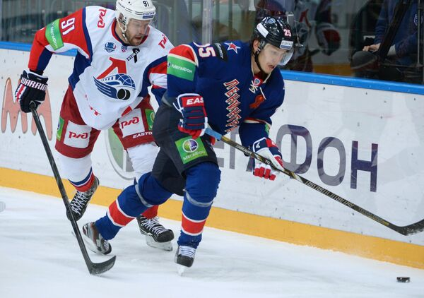 Слева направо: форвард ХК Локомотив Янис Спруктс и форвард ХК СКА Игорь Макаров