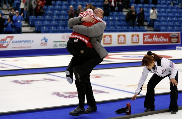 Скип сборной России по керлингу Анна Сидорова и главный тренер Томас Липс радуются победе в матче за бронзовые медали чемпионата мира