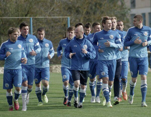 футбольного клуба Севастополь во время открытой тренировки на стадионе Колос