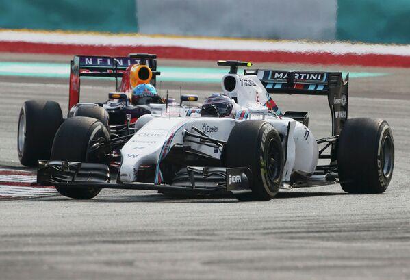 Финский автогонщик Ваттери Боттас (на переднем плане) на дистанции Гран-при Малайзии