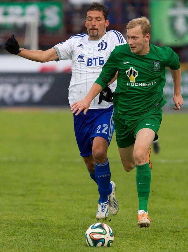 Нападающий ФК Динамо Кевин Кураньи (слева) и игрок ФК Томь Максим Бордачев