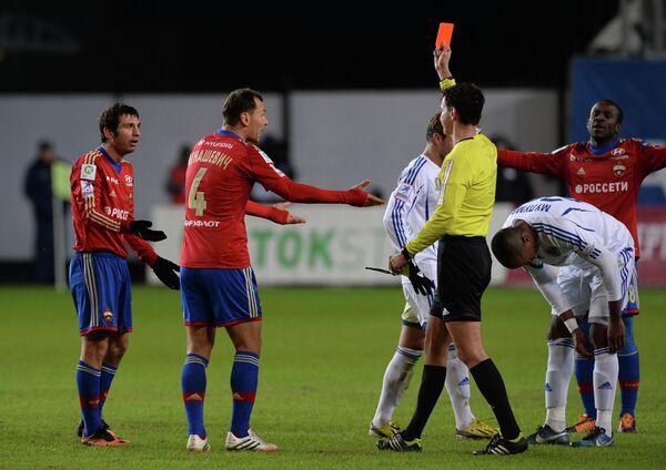 Алан Дзагоев получает красную карточку