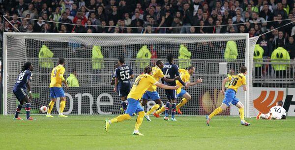 Защитник Ювентуса Леонардо Бонуччи (второй справа) забивает мяч в ворота Лиона